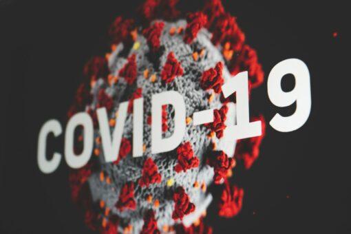 Das Coronavirus wird auch durch Tröpfen und Aerosole übertragen.